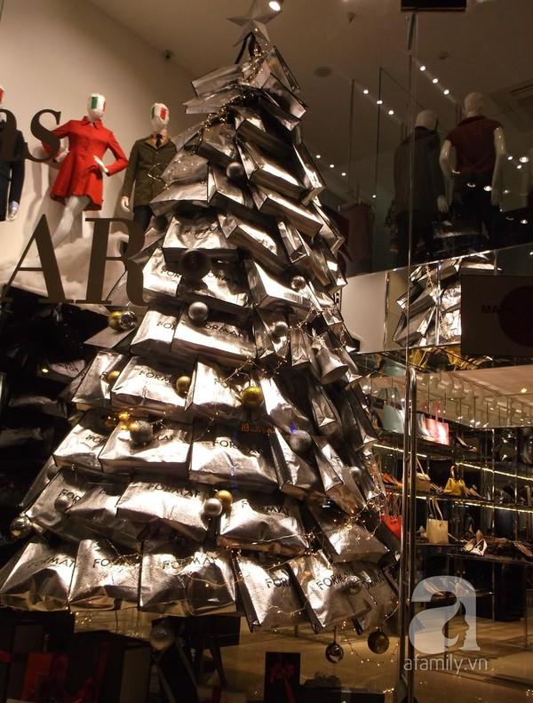 Cây thông noel làm bằng túi - theo sản phẩm công ty