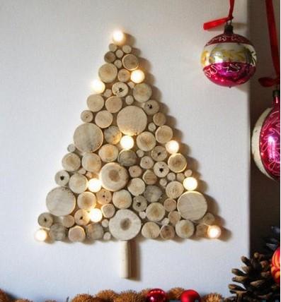 Cây thông Noel làm từ gỗ vụn, khá ấn tượng phải không?