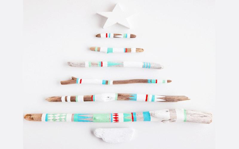 Cây thông Noel từ cành cây khô sơn trắng