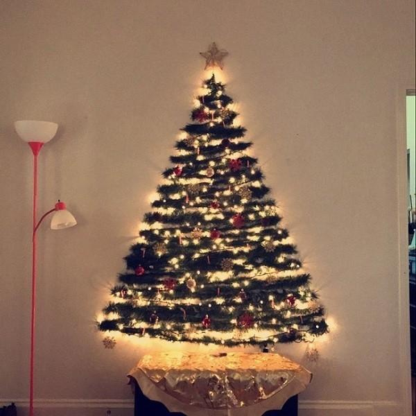 Cây thông Noel bằng dây tua rua và đèn