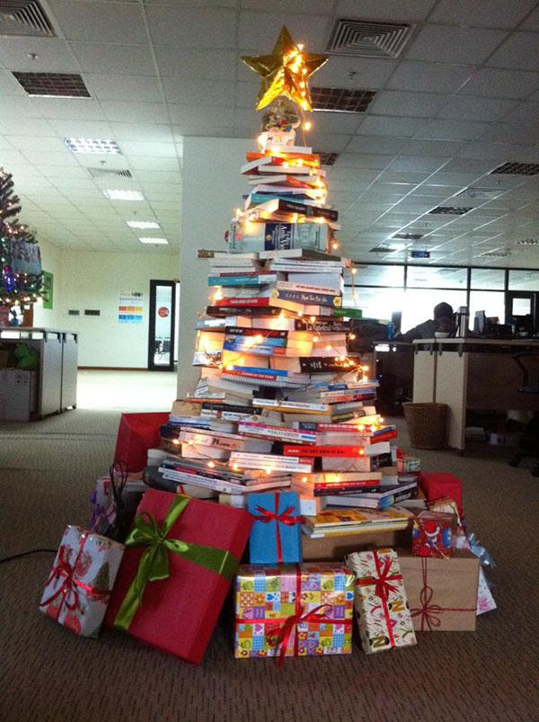 Tự làm cây thông mùa giáng sinh bằng sách và dây đèn