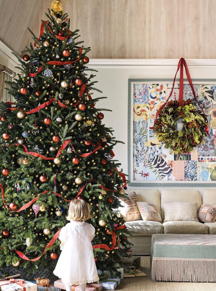 Cây thông Noel màu xanh kết hợp phụ kiện màu đỏ