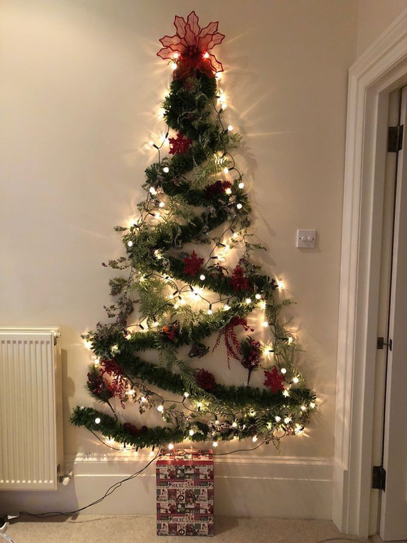 Cây thông Noel treo tường bằng dây trang trí và đèn