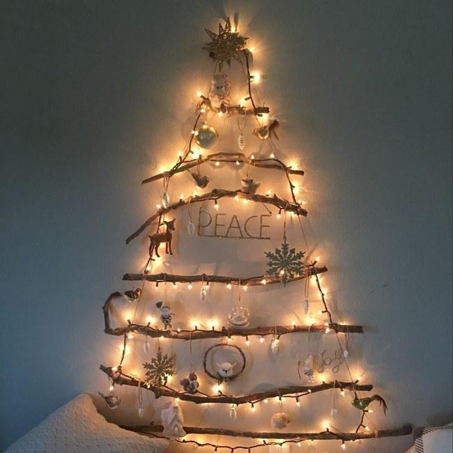 Cây thông Giáng Sinh treo tường giúp không gian rực rỡ hơn