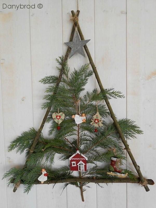 Cây thông Noel treo tường đơn giản từ khung gỗ