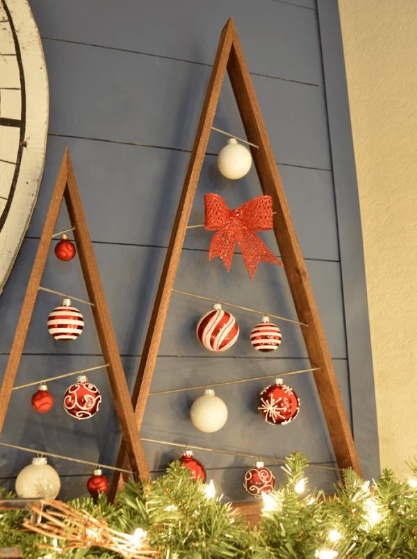 Tạo hình cây thông Noel từ khung gỗ và phụ kiện