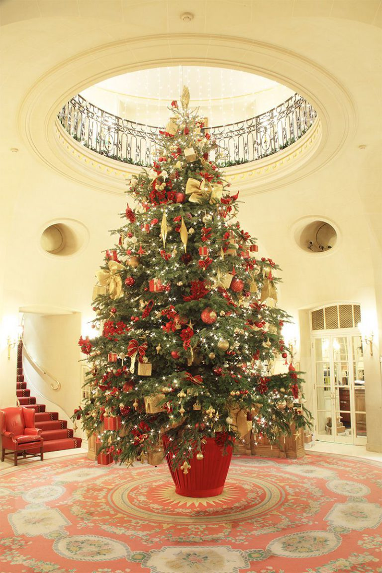 Cây thông Noel theo phong cách cổ điển cho khách sạn