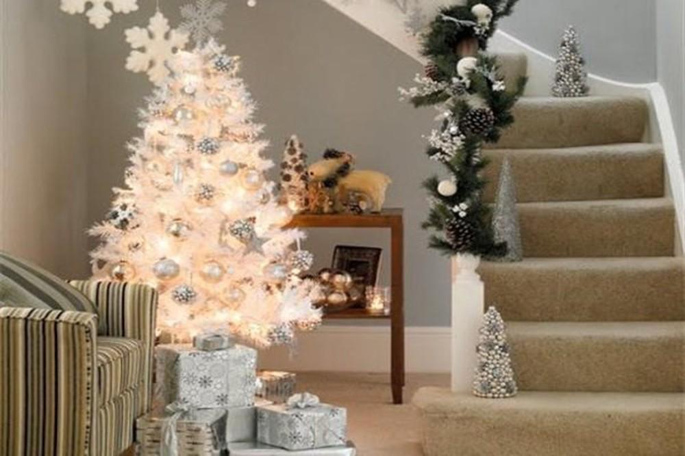 Mẹo kết hợp màu sắc phụ kiện trang trí với cây thông trắng