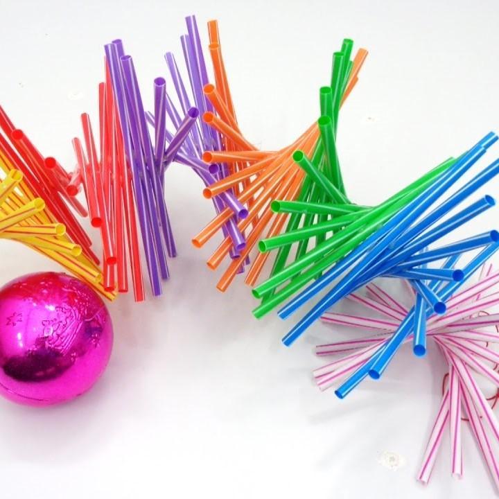 Những chiếc ống hút nhiều màu sắc có thể làm thành cây thông noel cực kỳ ấn tượng
