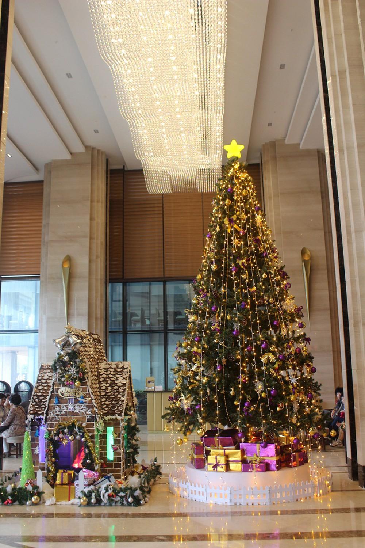 Trang trí cây thông noel cho khách sạn thêm lộng lẫy
