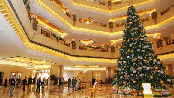 Cây thông Noel thu hút cho sảnh chính khách sạn