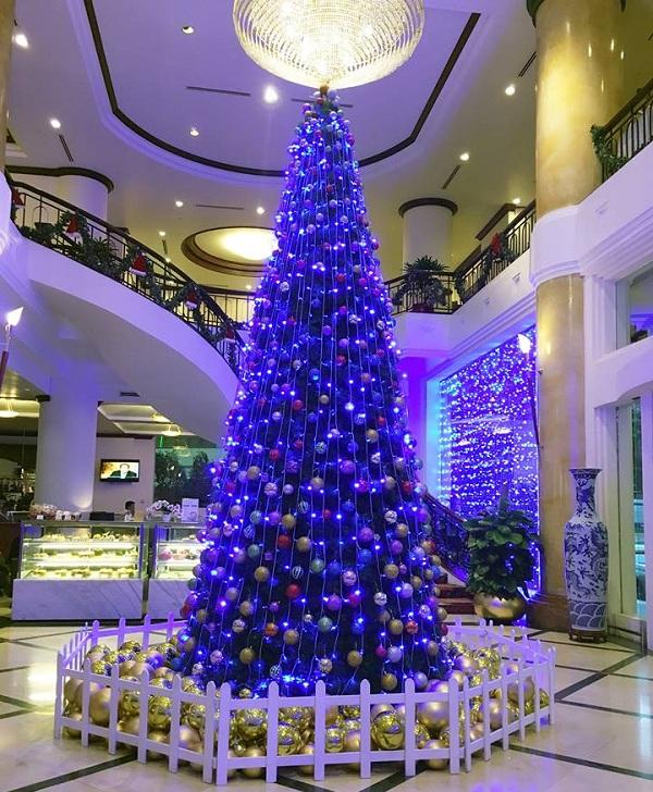 Mẫu cây thông đơn giản từ quả châu và dây đèn trang trí